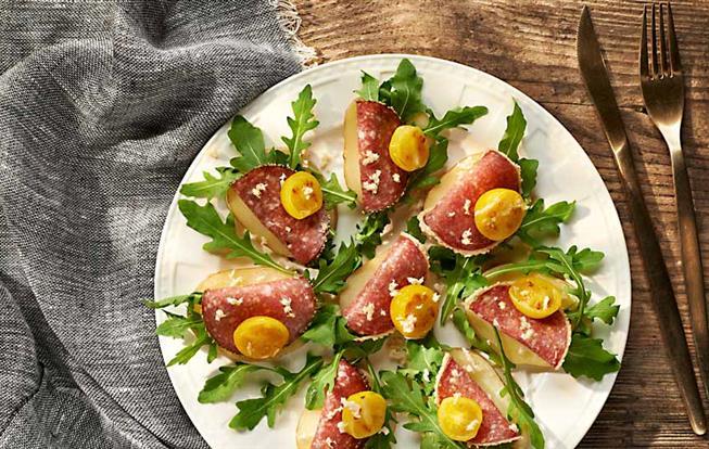 Chuťovky zo zemiakov a salámy s čerstvým chrenom