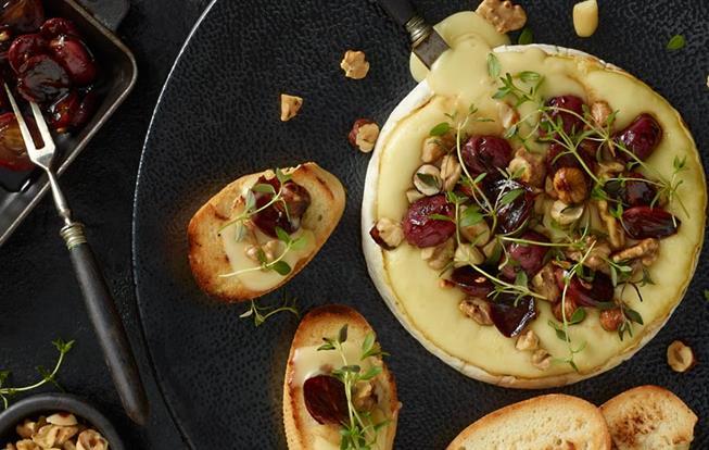 Syr Brie zapečený s orechami a hroznom