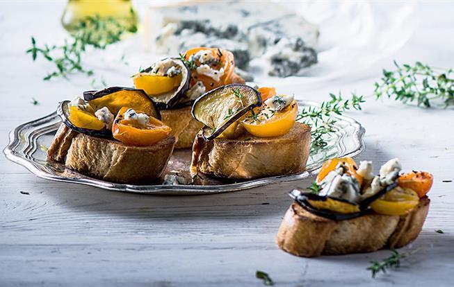 Kanapky s baklažánom, gorgonzolou a sušenými cherry paradajkami