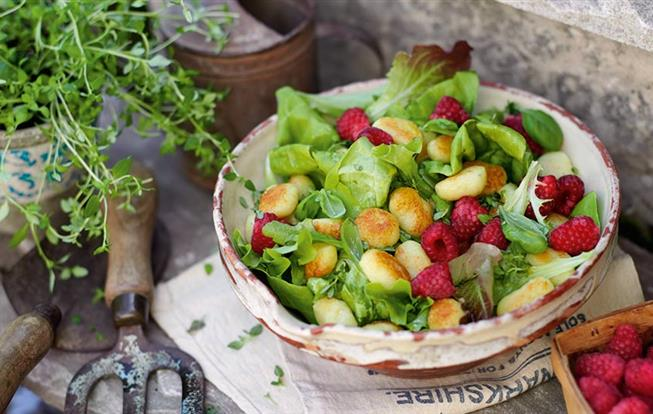 Šalát s malinami a citrónovým vinaigrettom