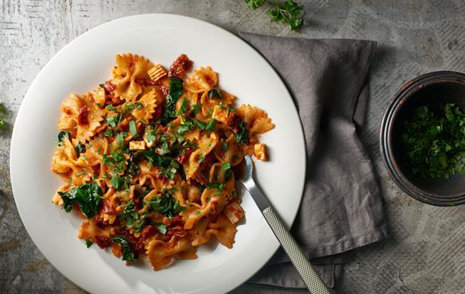 Farfalle s balkánskym syrom, špenátom a sušenými paradajkami