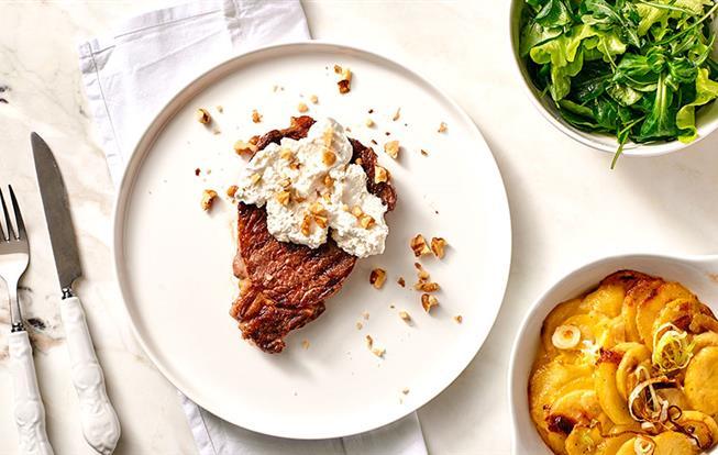 Grilovaný Rib Eye steak s kozím syrom a orechmi