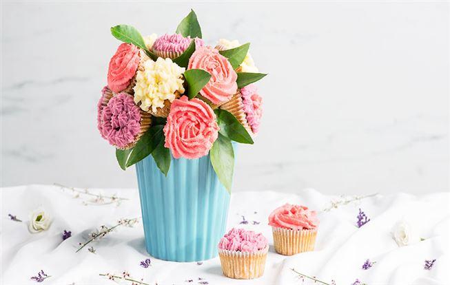 Chutná kytica z rebarborových cupcakes
