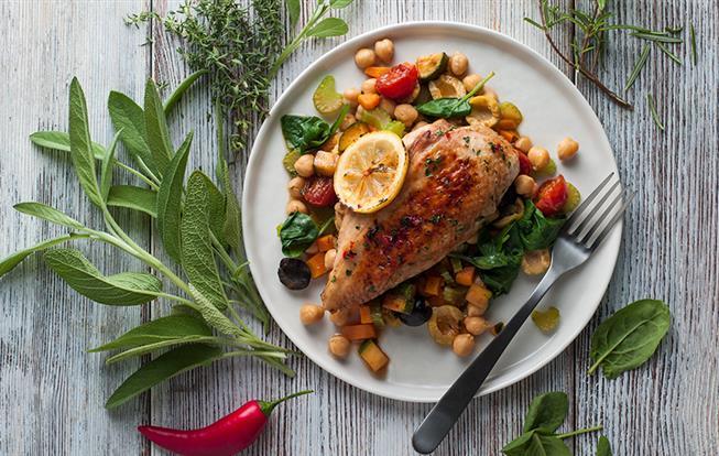 Pečené kurča s bylinkami, citrónom a cícerom