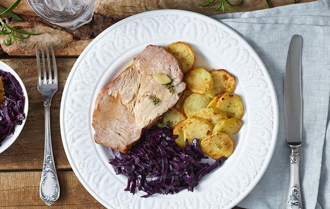 Špikovaná krkovička s červenou kapustou a zemiakmi
