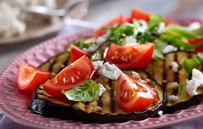 Grilovaný šalát s baklažánom a paradajkami