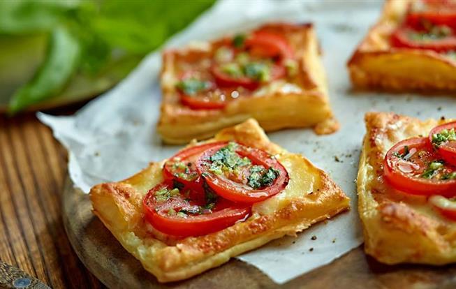 Lístkové cesto s paradajkami a mozzarellou