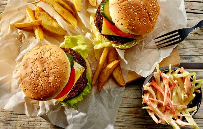Hamburger so šalátom Coleslaw