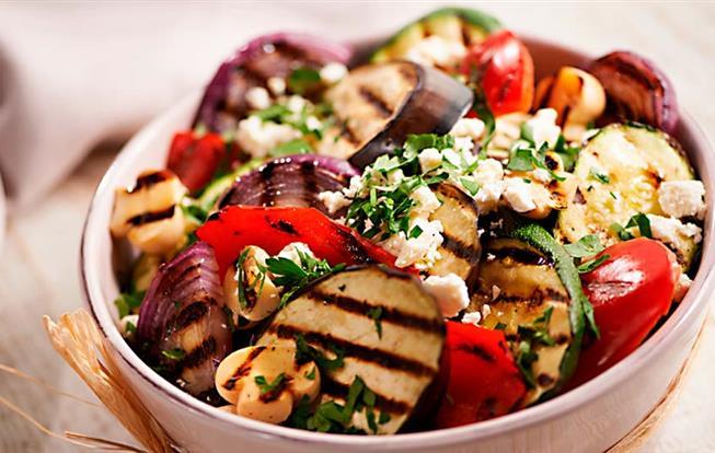 Šalát z grilovanej zeleniny s balkánskym syrom a medovou omáčkou