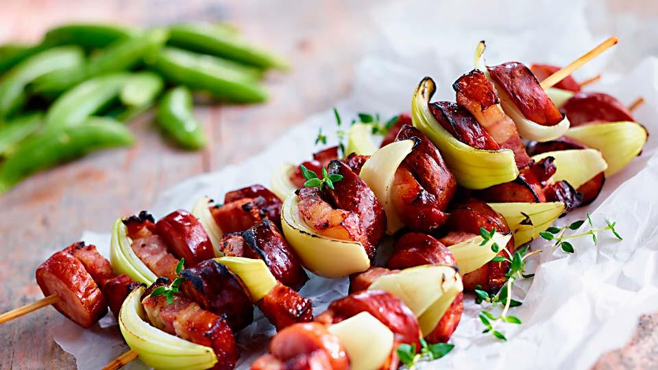 Grilované špízy zo slaninky a klobásky