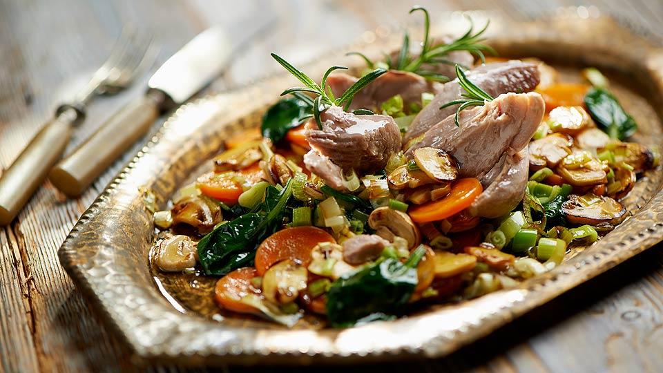 Varené morčacie stehno s restovanou zeleninou