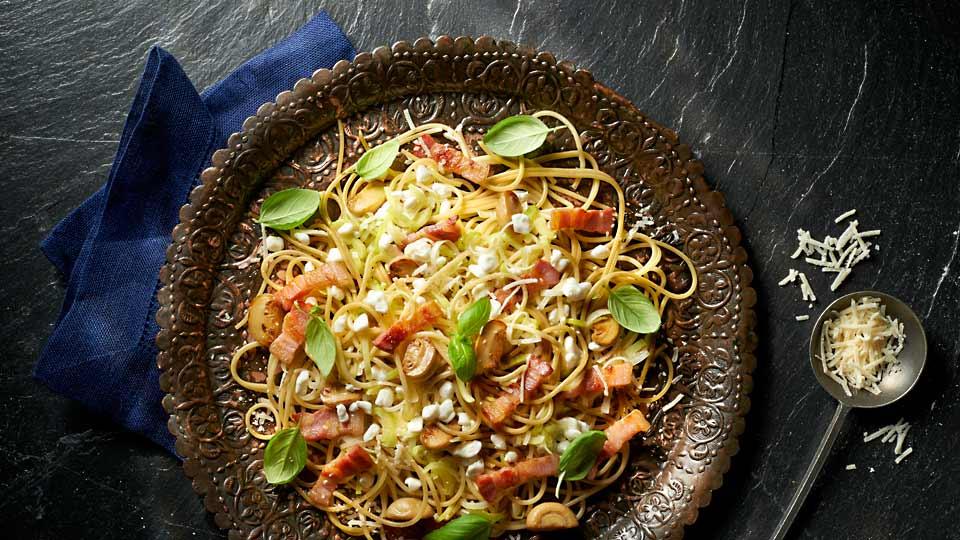 Celozrnné špagety so syrom cottage, s pórom a šampiňónmi