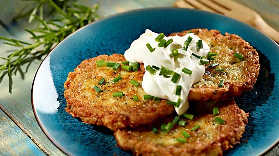 Bylinkovo-zemiakové placky s kyslou smotanou - recept na prípravu | Kuchyňa  Lidla