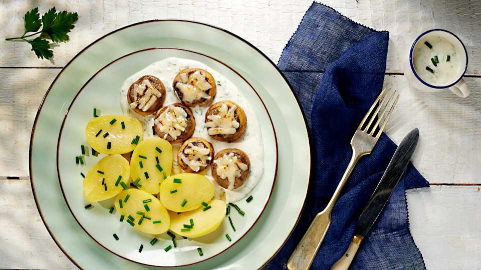 Plnené šampiňóny so smotanovým dresingom a zemiakmi