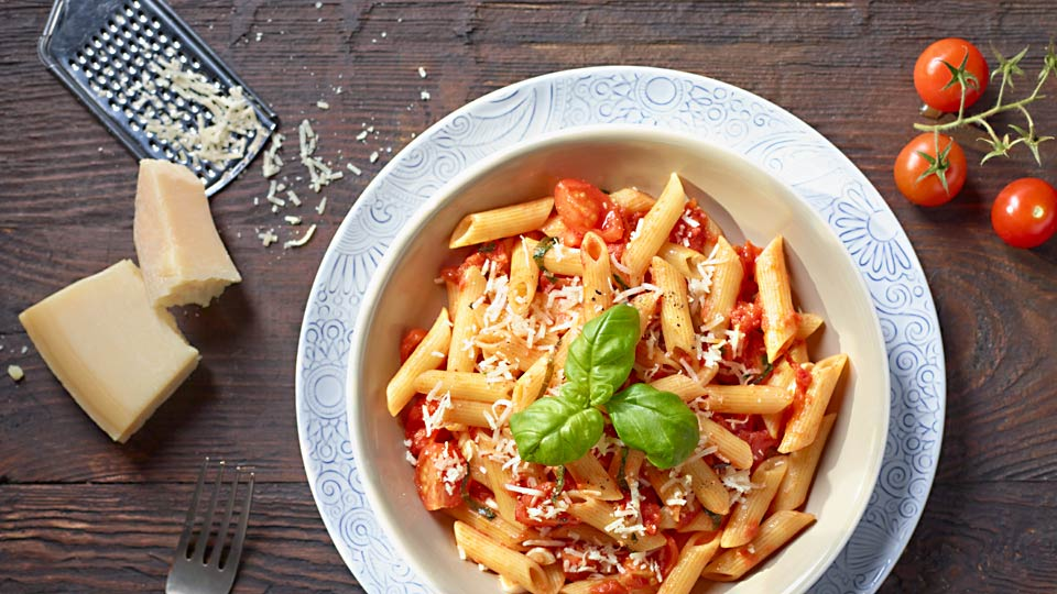Penne s paradajkovou omáčkou a syrom Grana Padano