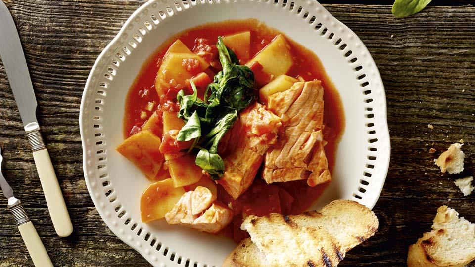 Dusený losos so špenátom, zemiakmi a paradajkami