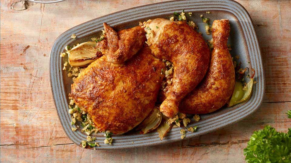 Pečené kurča s cesnakom, cibuľou a petržlenovou vňaťou