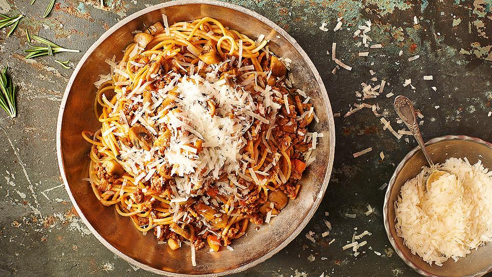Farebné špagety s mäsovým ragú na červenom víne