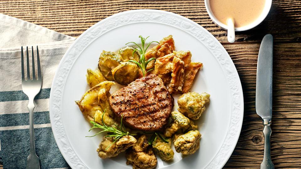 Grilovaný steak s bylinkami a zeleninou v cestíčku