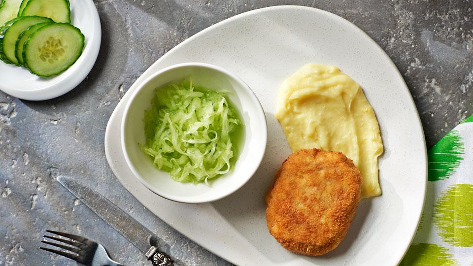 Mletý rezeň so syrom a uhorkovým šalátom