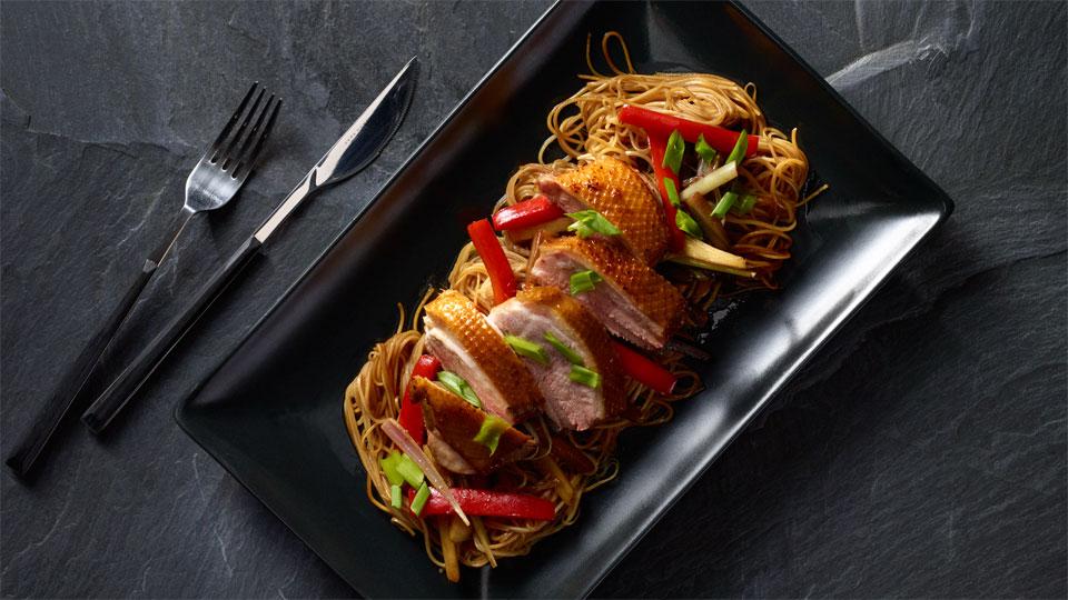 Restované ázijské rezance s pečenou kačicou