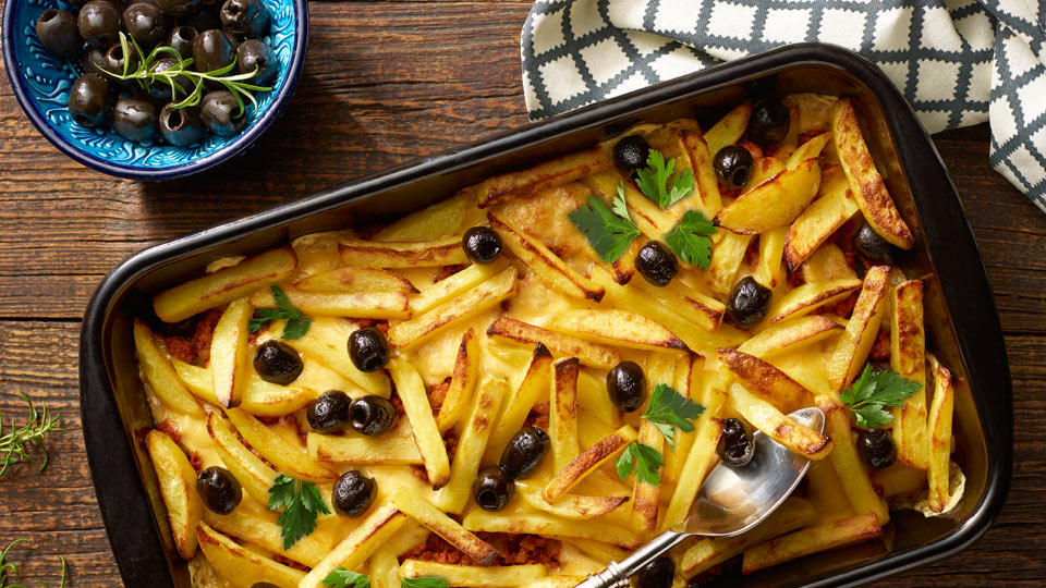Zapekané zemiaky s mletým mäsom, syrom a olivami