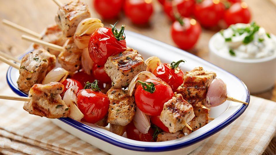 Bravčové špízy s paradajkami a tvarohovým dipom