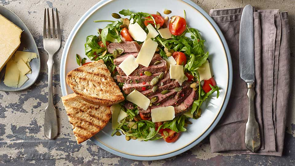 Tranšírovaný rump steak s pikantným bylinkovým maslom