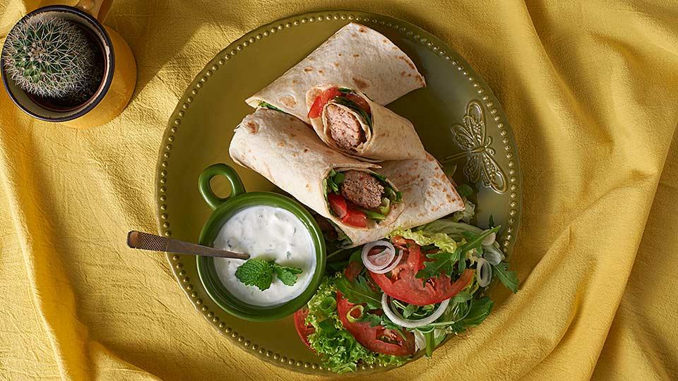 Tortilla s pikantným mletým mäsom a šalátom