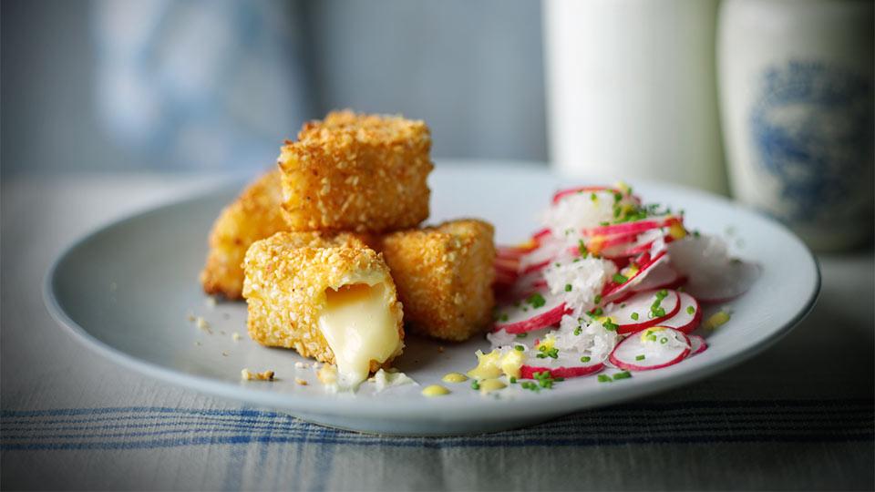 Reďkovkový šalát so syrom camembert