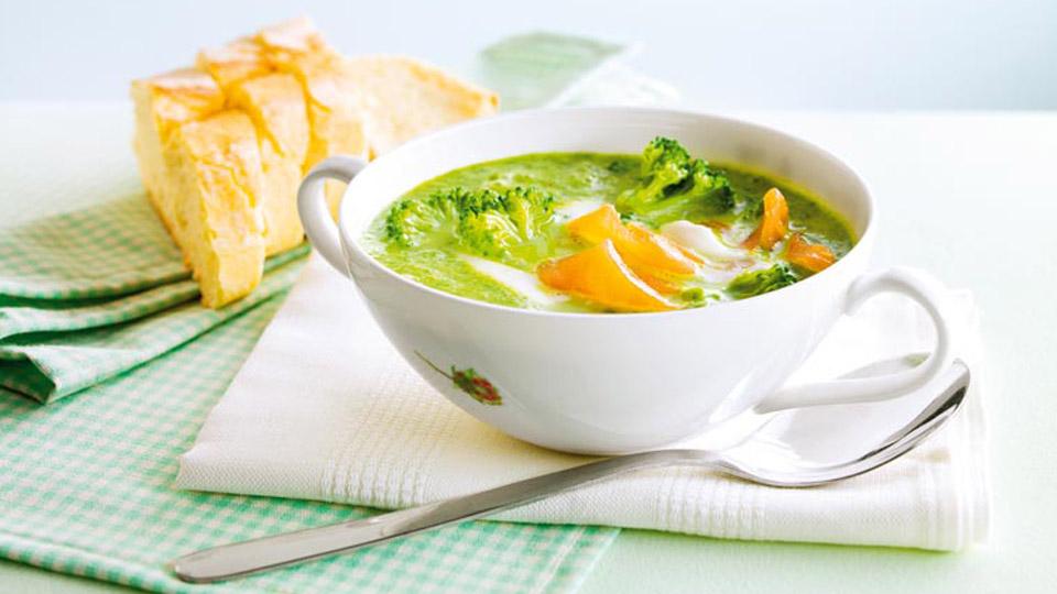 Krémová brokolicová polievka s údeným lososom