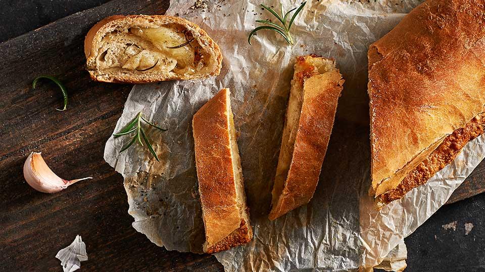 Chlebový závin s mozzarellou a rozmarínom