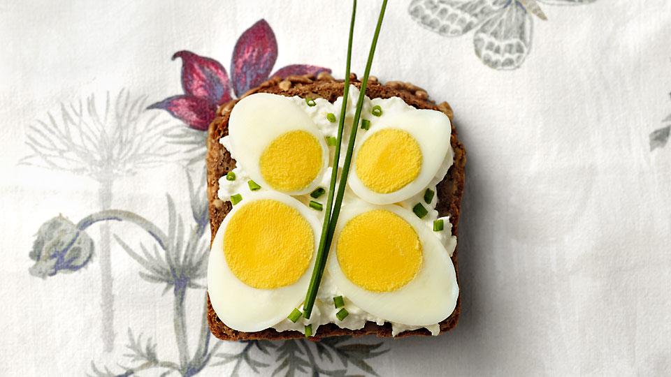 Slnečnicový chlieb s tvarohom a vajíčkom