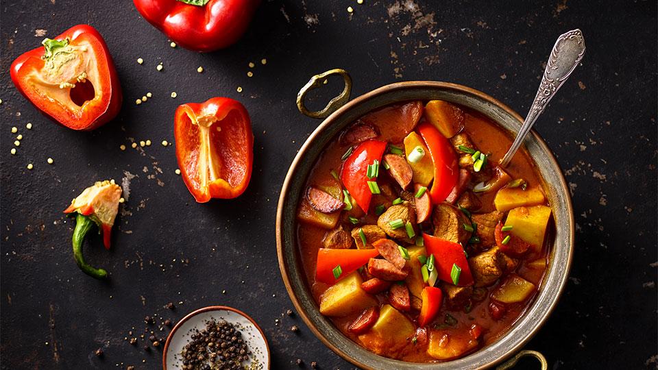 Bravčový guláš s paprikou a klobásou