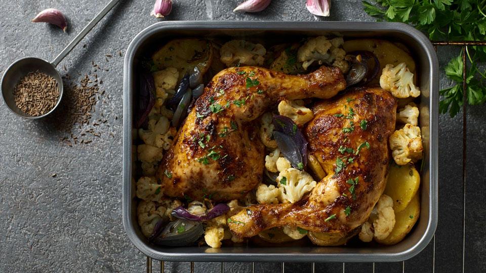 Pečené kuracie stehná s karfiolom a zemiakmi