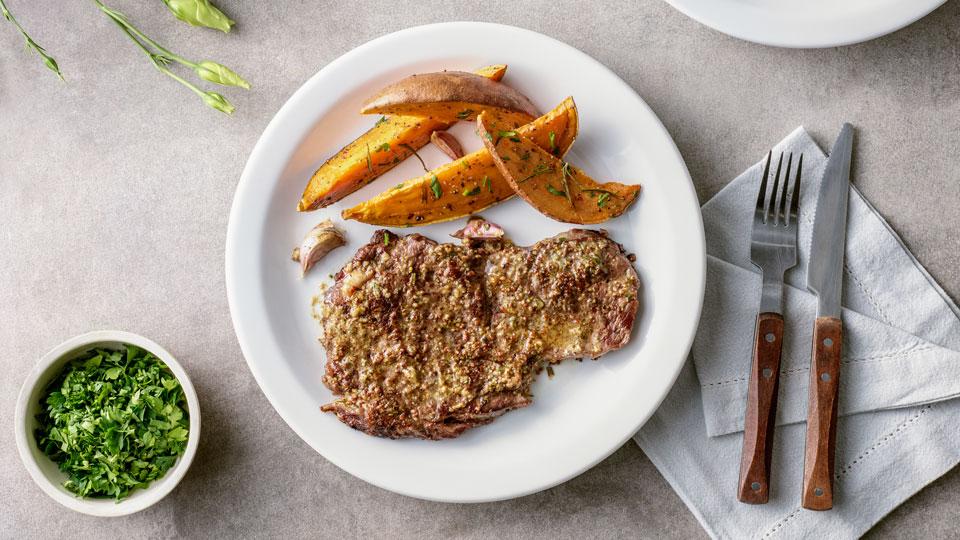 Grilovaný Rib Eye steak s rozmarínovým maslom