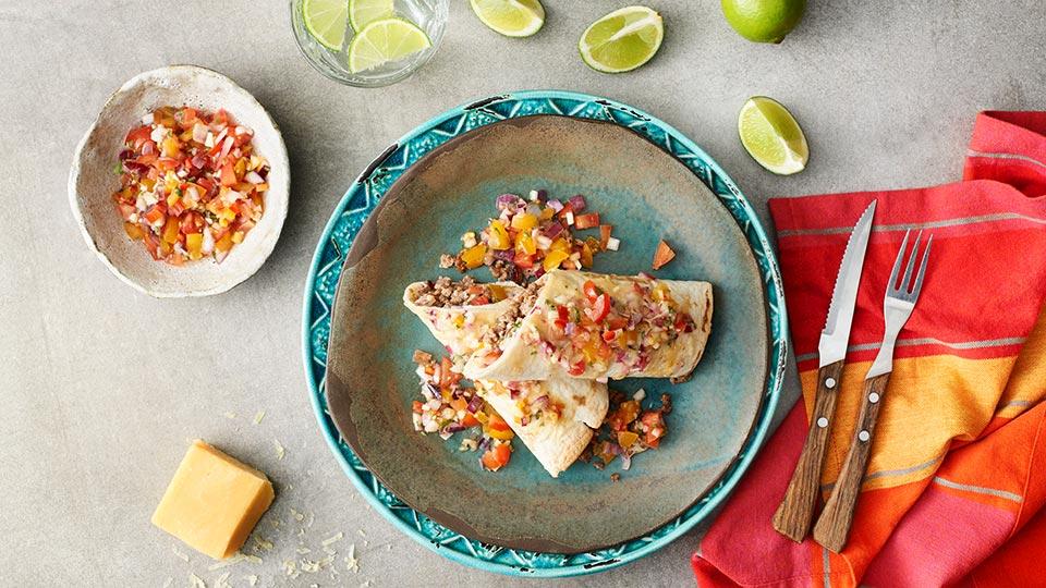 Enchilada - zapečená tortilla s mletým mäsom a salsou roja
