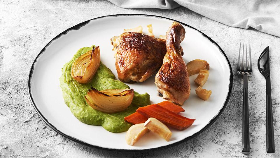Pečené kuracie stehná so zeleninou a hráškovým pyré