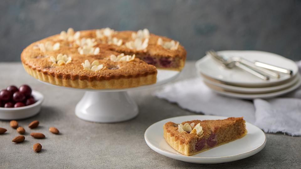 Mandľovo – višňový koláč s kvetinkami