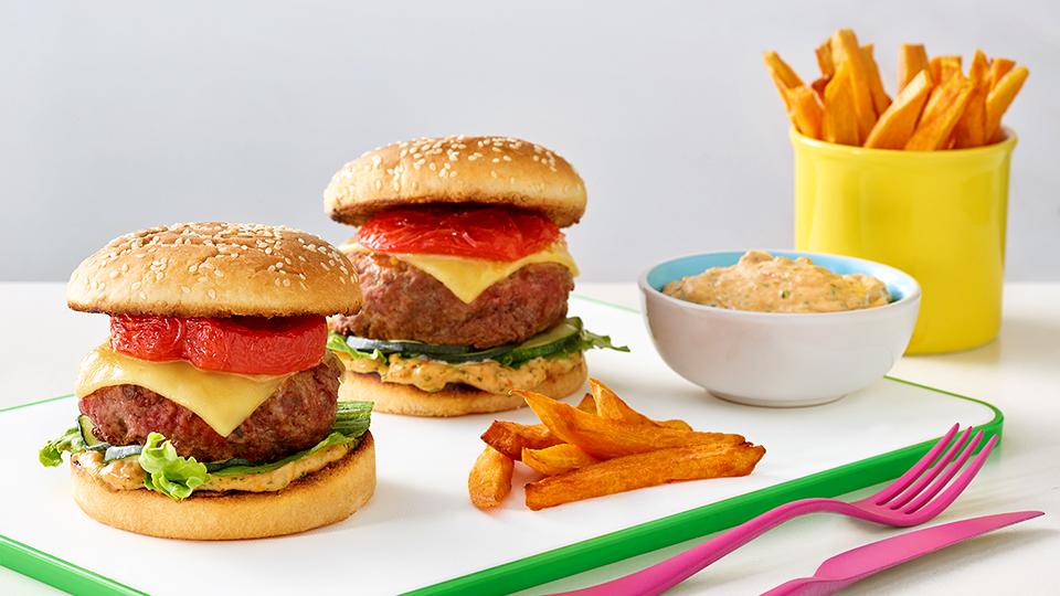 Hamburger so sušenými paradajkami a batatovými hranolčekmi