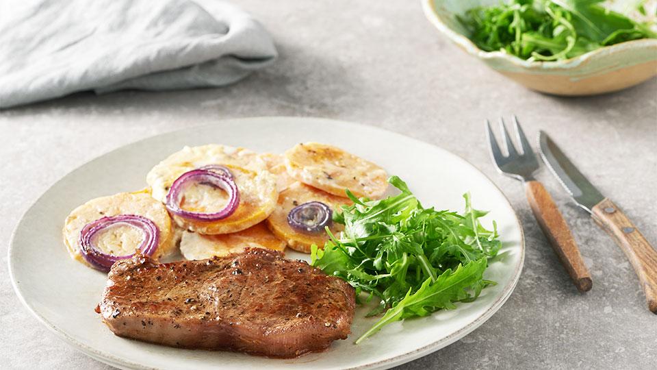 Sirloin steak s batatmi a rukolovým šalátom