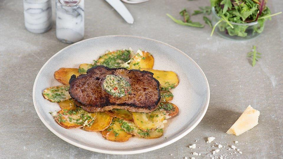 Hovädzí steak s pečenými zemiakmi a bylinkovým maslom