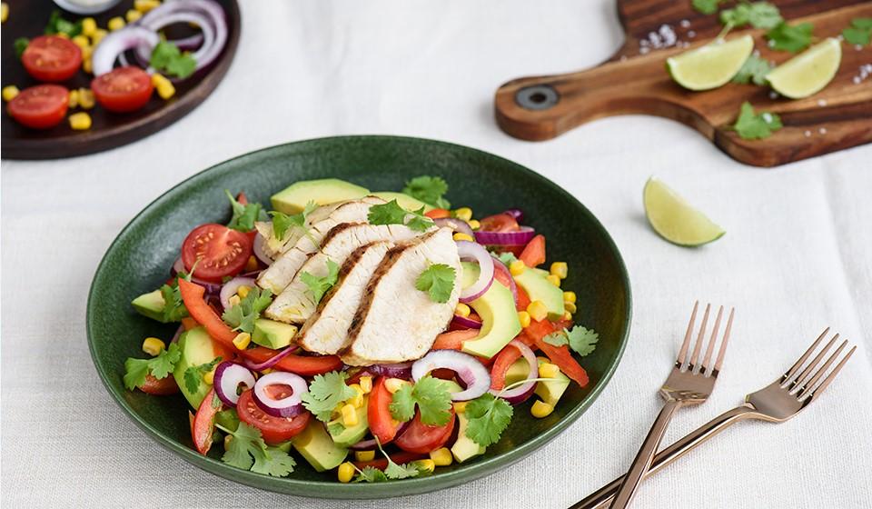 Zeleninový šalát s avokádom a morčacím mäsom