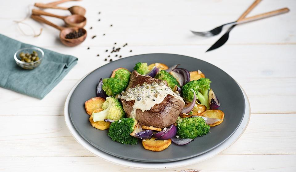 Steak s omáčkou z čierneho korenia a kapár