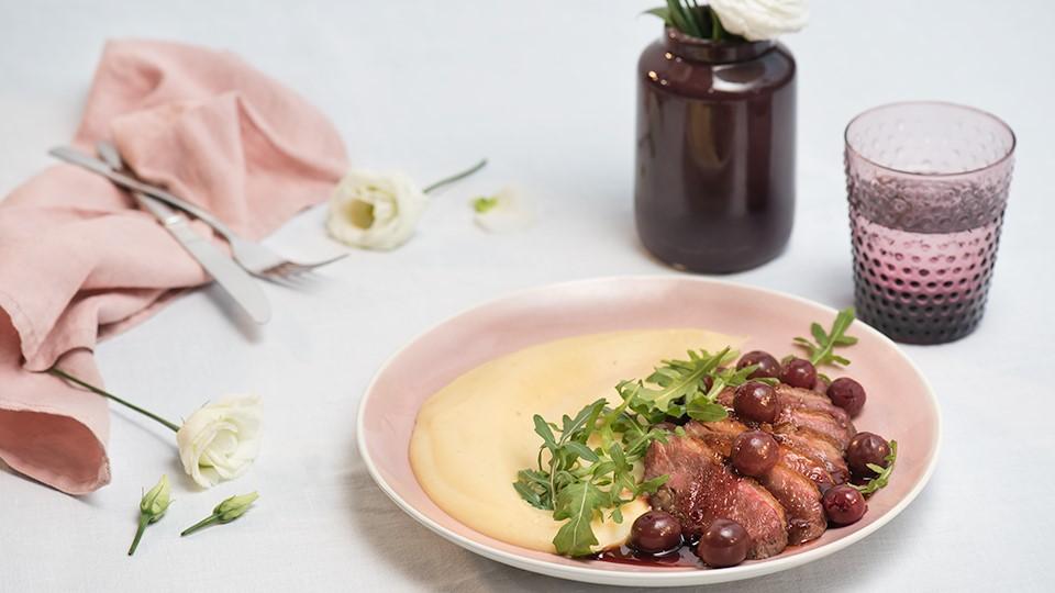 Kačacie prsia so zemiakovo-zelerovým pyré a višňovou omáčkou