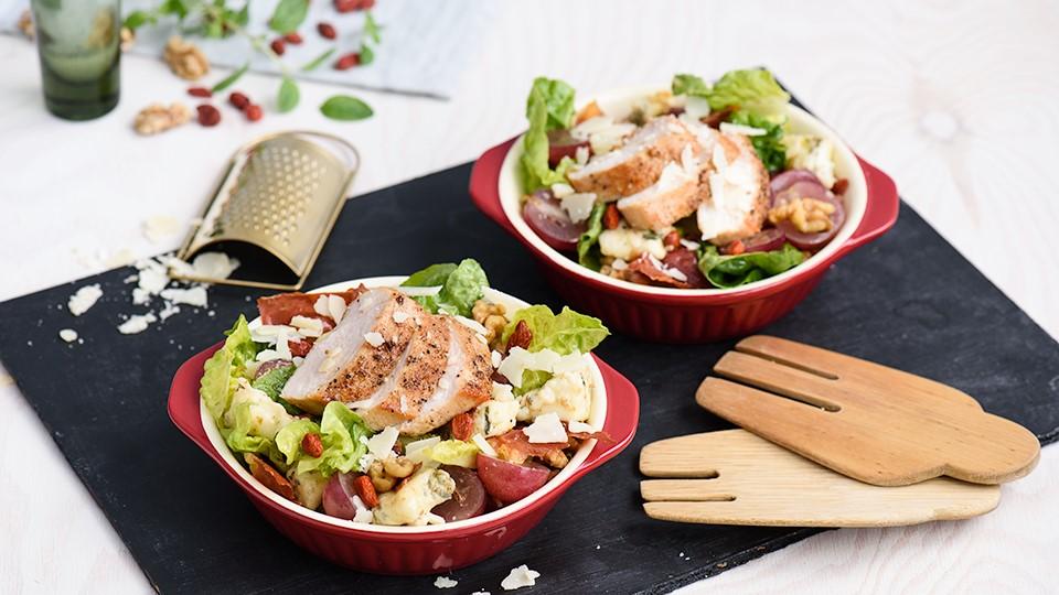 Šalát s kuracím mäsom, prosciuttom a goji