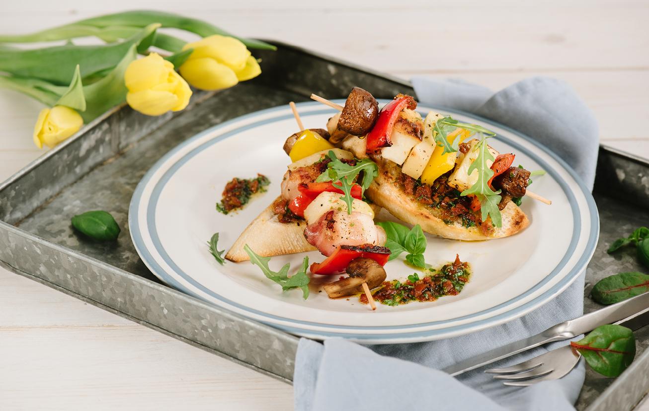 Špízy s halloumi, zeleninou a bruschettou