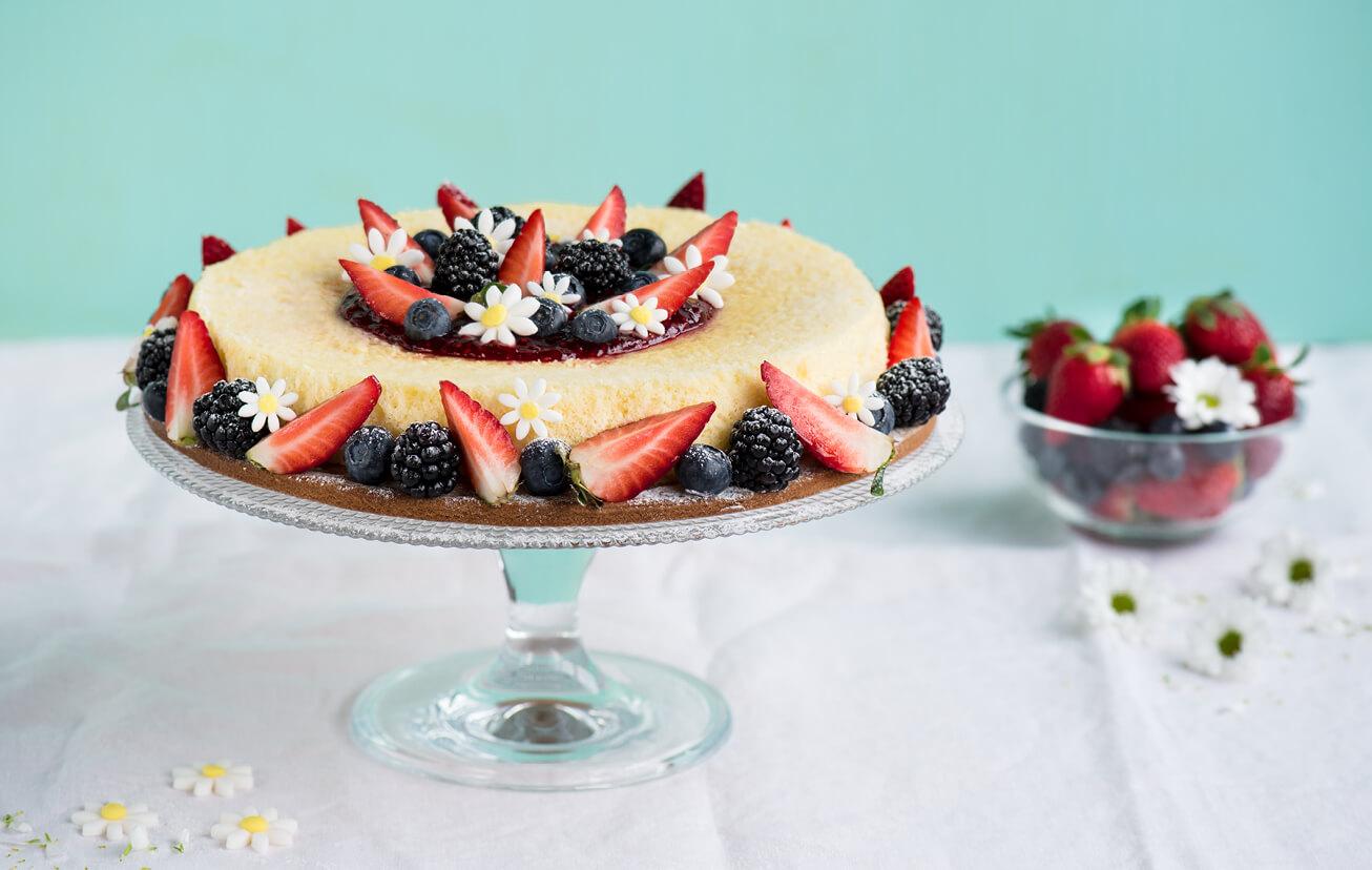 Japonský cheesecake s jahodami, malinami a černicami