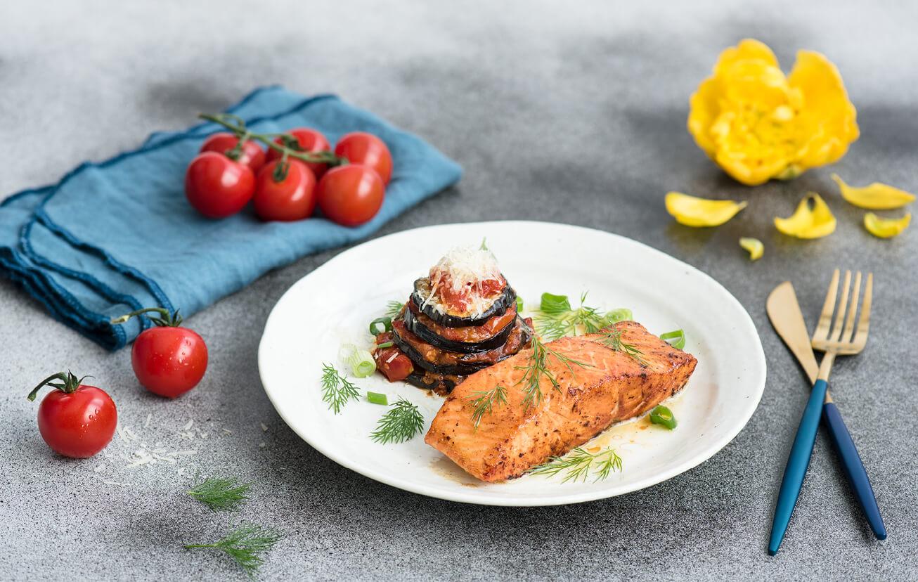 Losos so zapečeným baklažánom a paradajkami