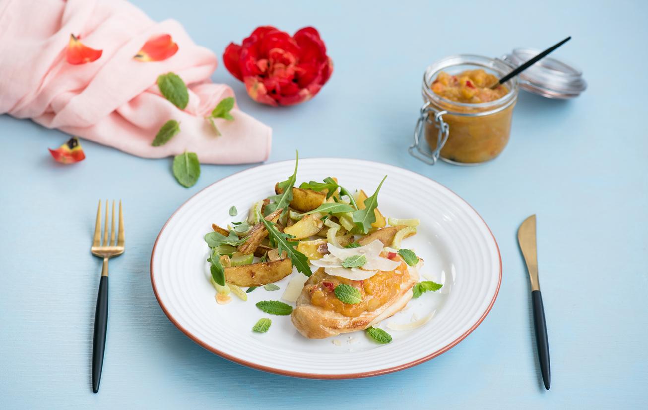 Kuracie prsia s marhuľovým čatní a opekanými zemiakmi